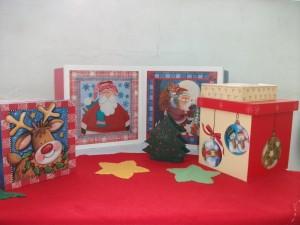 Caixas de madeira decoradas com figuras natalinas podem servir de embalagem para panetones e presentes