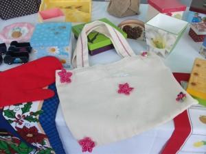 Entre outros objetos que estarão expostos no bazar, há bolsas e panos de pratos
