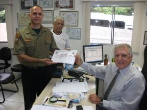 Celso Roberto Ventura recebe diploma das mãos de Elcio Inocente