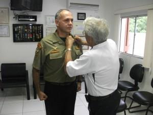 Capitão PM Newton condecora Celso Roberto Ventura com a Medalha Eterno Guerreiro