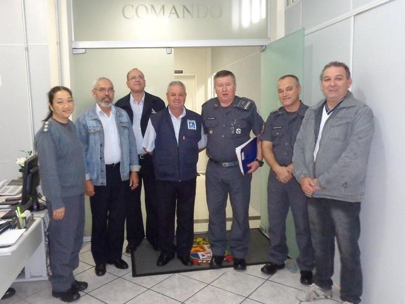 Visita ao CPAM-9: Capitão PM Kimie, ao lado de Edson Pimenta (representante APMDFESP Leste), Mauricio Petronilho (membro da APMDFESP  de Mogi das Cruzes),  Claudinei Simões (representante da APMDFESP Mogi das Cruzes), Coronel PM Molinari (Comandante do CPAM-9), Sub-Tenente PM Sforsim e Edison de Oliveira (membro da APMDFESP Leste.