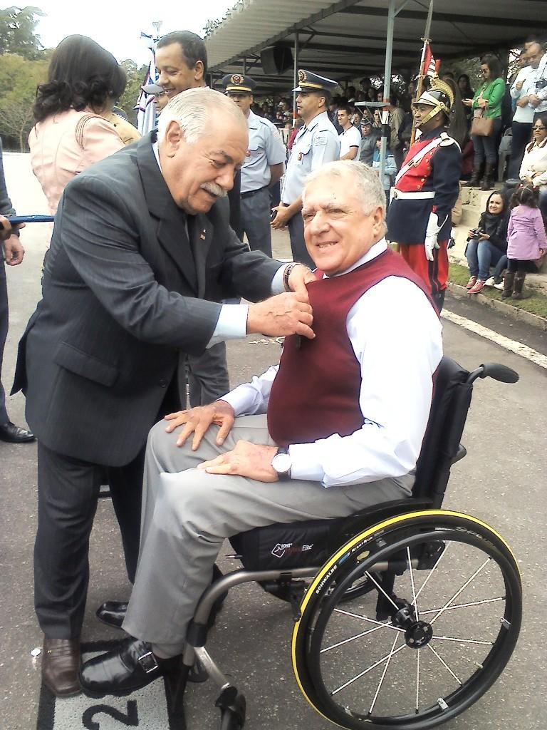 Elcio Inocente recebeu a medalha das mãos do Cel. PM. Mendes, vice-presidente da Sociedade Veteranos de 32