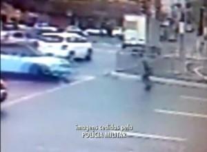 (Foto: Reprodução/Rede Globo) Câmera de segurança registrou PM no momento em que foi atropelado
