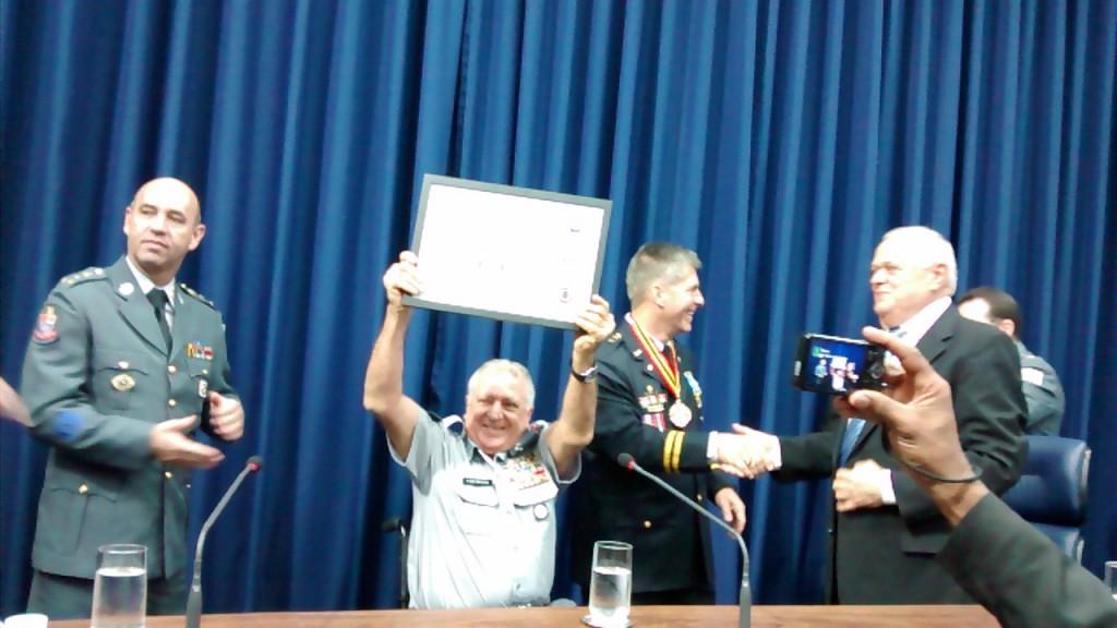 O Presidente da APMDFESP, Elcio Inocente, entre Coronel Meira (Comandante-Geral da Policia Militar) e chefe de Policia Michael Horak, após  ser surpreendido com uma homenagem da Policia de Dallas, no Texas, durante a outorga da Medalha Eterno Guerreiro