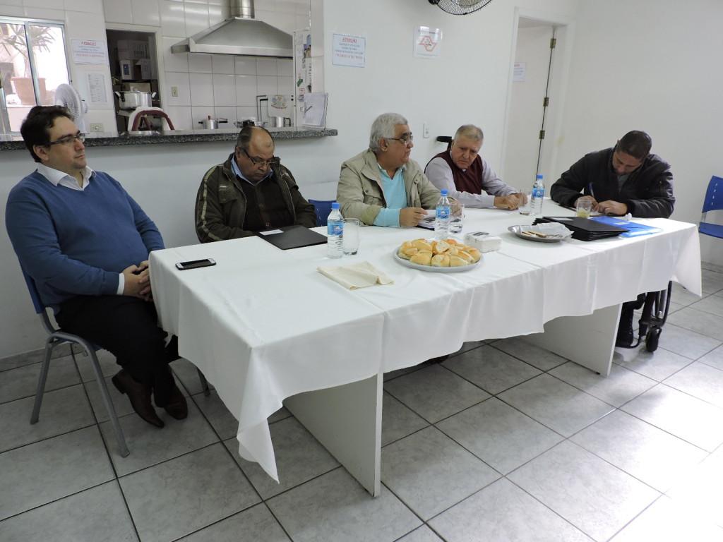 Fernando Capano (responsávelo pelo departamento jurídico), Aparecido Gonçalves de Oliveira (presidente do Conselho Fiscal), Tércio Bispo Molica (presidente do Conselho Deliberativo), Elcio Inocente (presidente) e  Wladimir Garcia de Menezes (Sercretário Geral) durante a assembleia