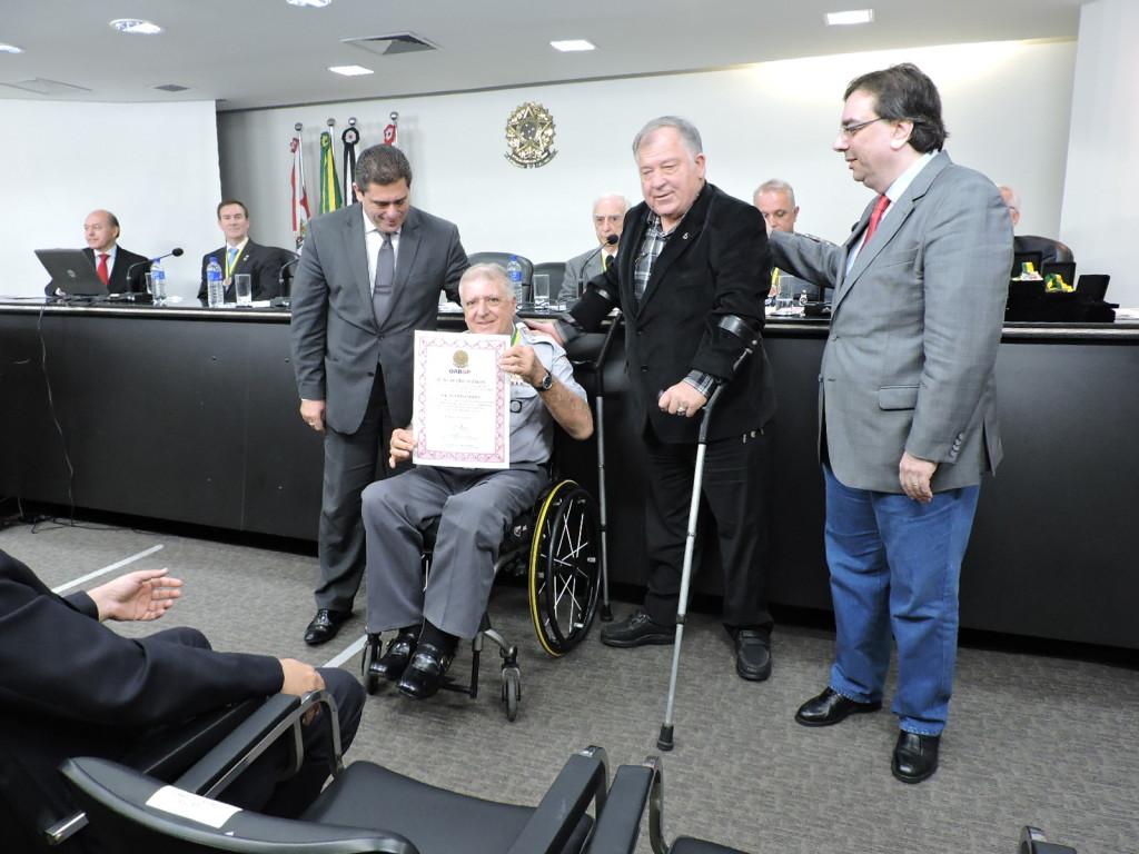O presidente Elcio Inocente recebeu a medalha das mãos de Romildo Pytel (diretor jurídico da Entidade)