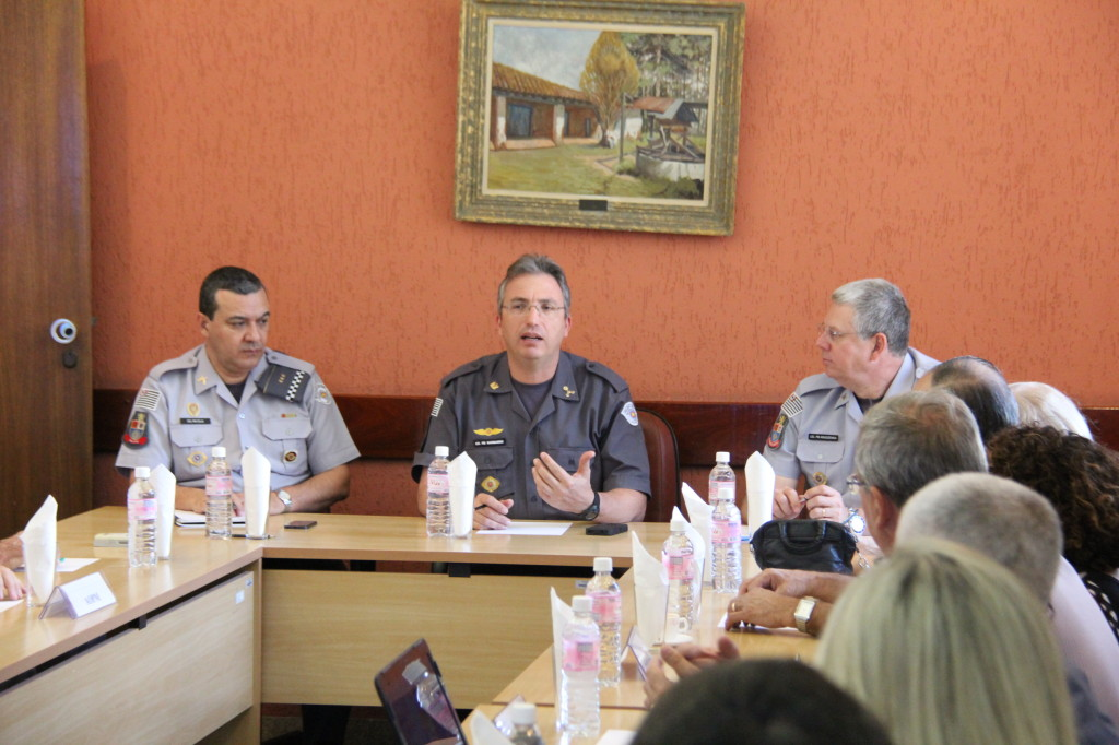 (Foto: Sargento PM Rodolfo Artur) No canto direito, o presidente Elcio Inocente durante a reunião