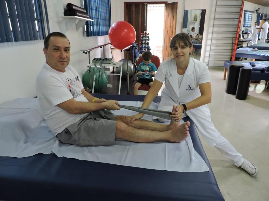 (Foto: Divulgação/APMDFESP) Tenente PM Quaglio, durante a fisioterapia na associação