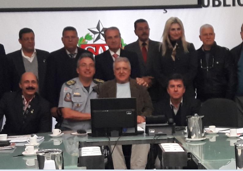 Coronel PM Ricardo Gambaroni, à esquerda de Elcio Inocente e Mágino Alves Barbosa Filho (atrás do presidente da APMDFESP)
