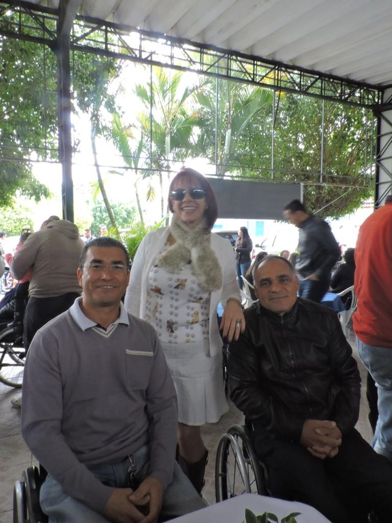 Antonio Figueiredo (vice-presidente da APMDFESP), a apresentadora Mhel Lancerotti e Airton Belmiro da Silva (diretor de Clinicas e Reabilitação)