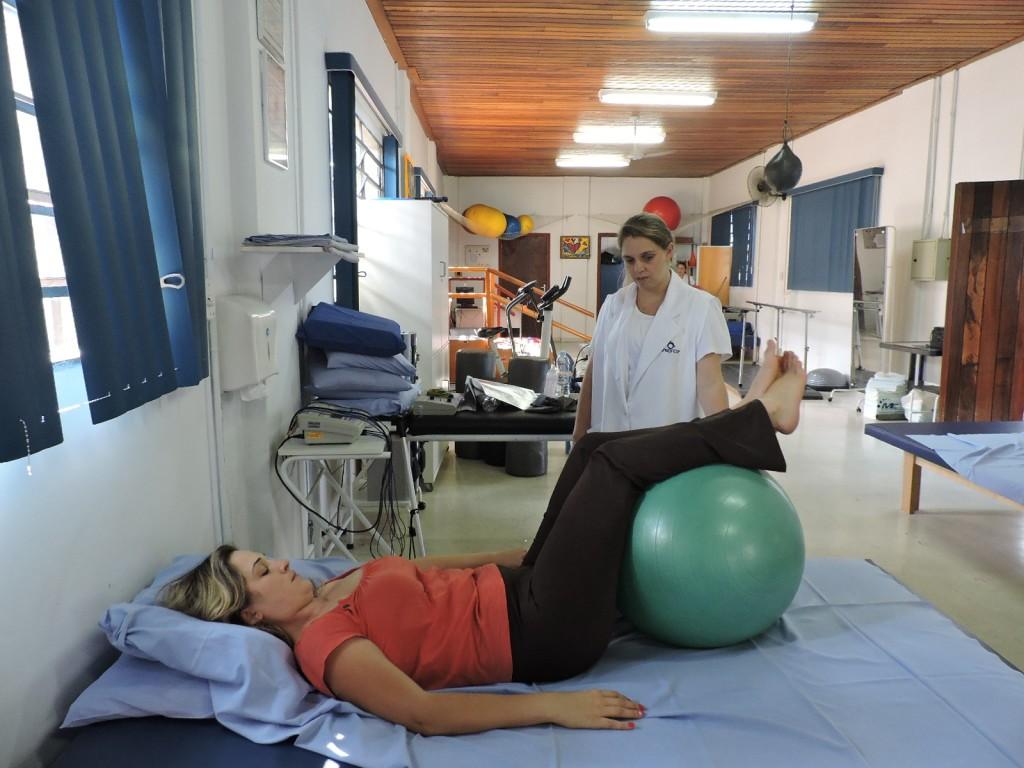 Soldado PM Renata Aparecida Dantas durante fisioterapia, ao lado da Doutora Silvia Rodrigues