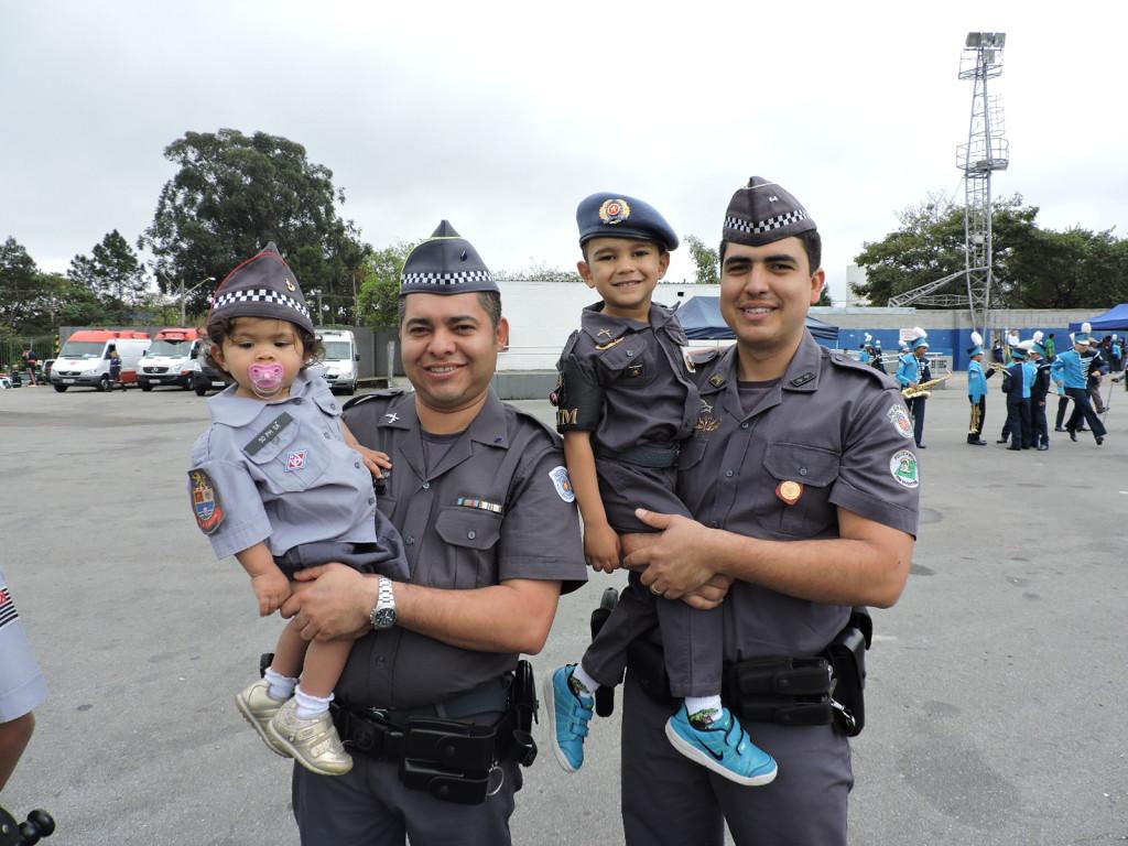 Vários pais levaram seus filhos fardados para o desfile