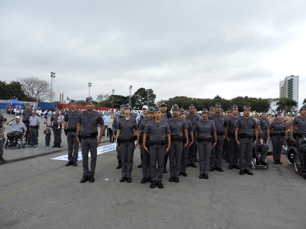 O Soldados de Segunda Classe durante a execução do Hino Nacional