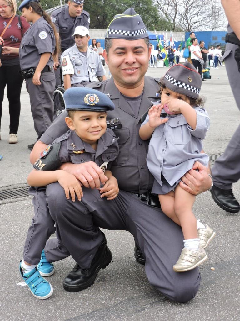 Soldado PM Sá orgulhoso com seus filhos pouco antes do desfile
