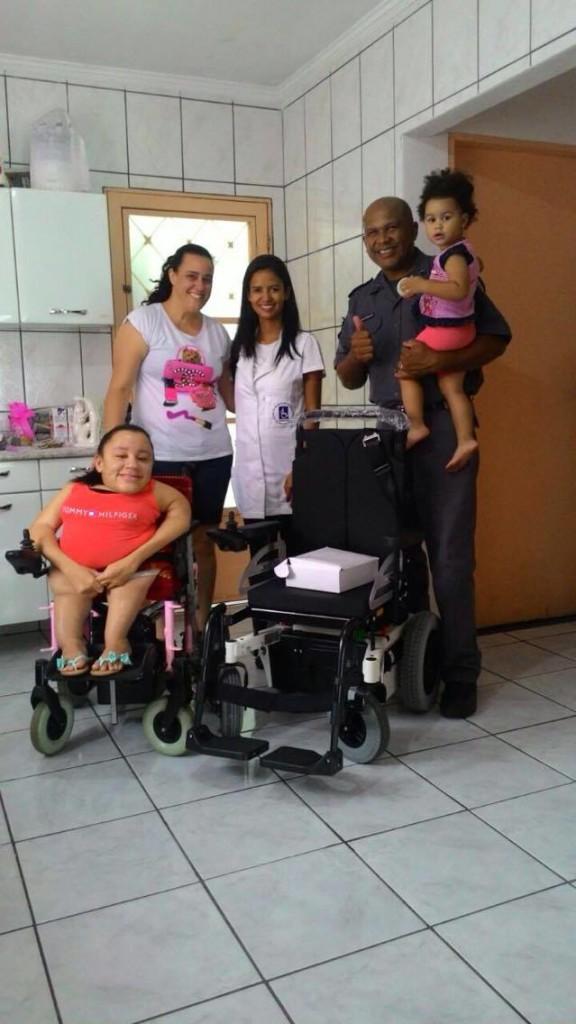 Alexia, Renata (esposa) Camila Rodrigues (assistente social da APMDFESP que levou a cadeira de rodas),Cabo PM José Valter Augusto e sua caçula, Ashley, no colo