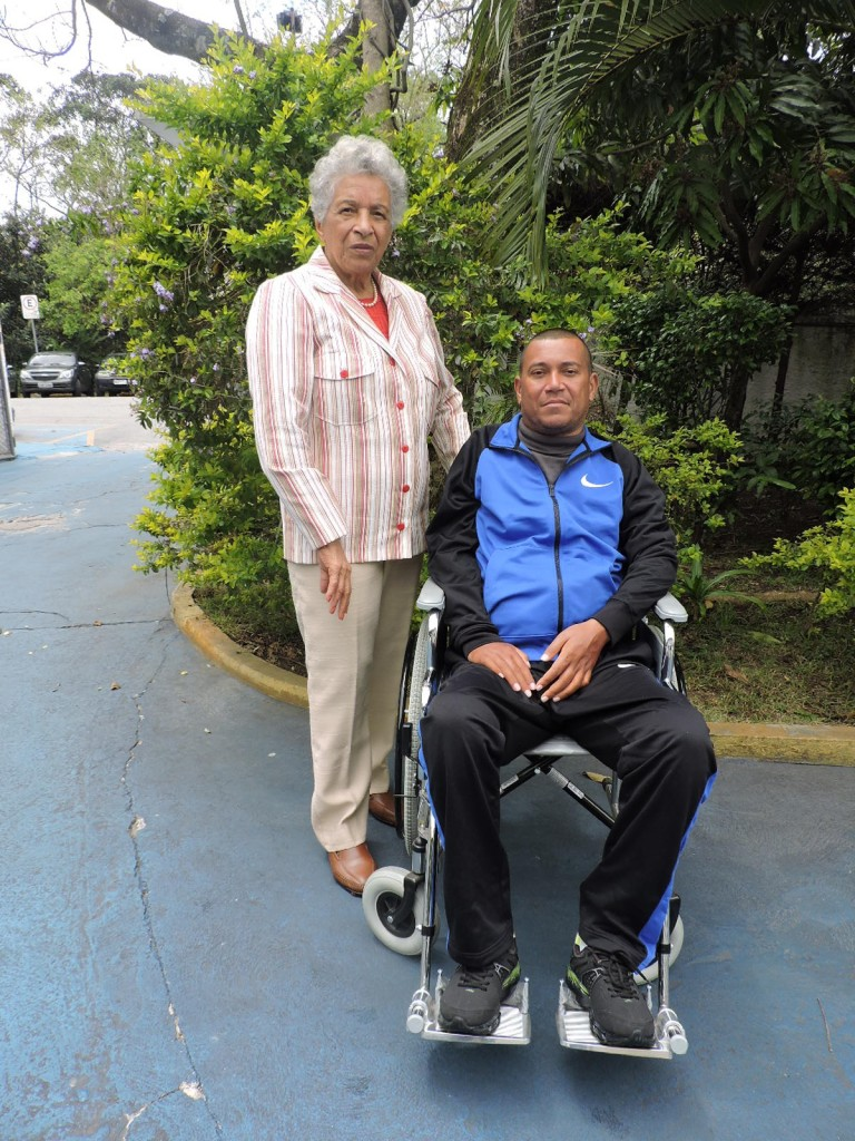 Dona Benedita Jandyrosa da Costa ao lado do Sargento PM Marcelo Dutra da Silva, um dos beneficiados pela doação da pensionista