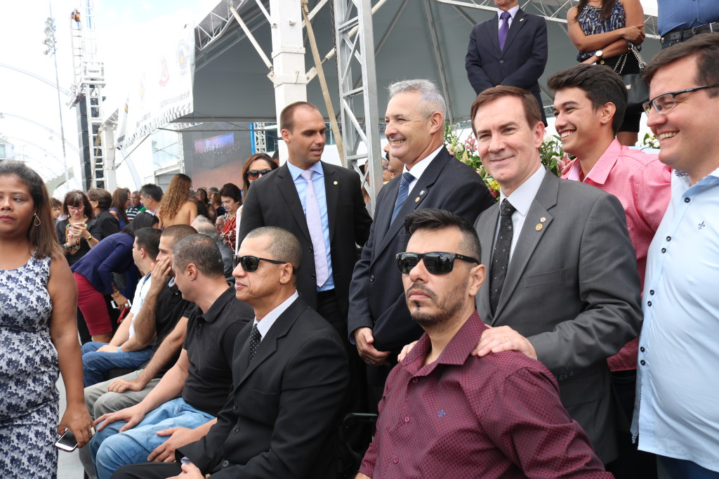 (Foto: Divulgação/André Aguiar) Coronel Camilo e Coronel Telhada com os membros da APMDFESP