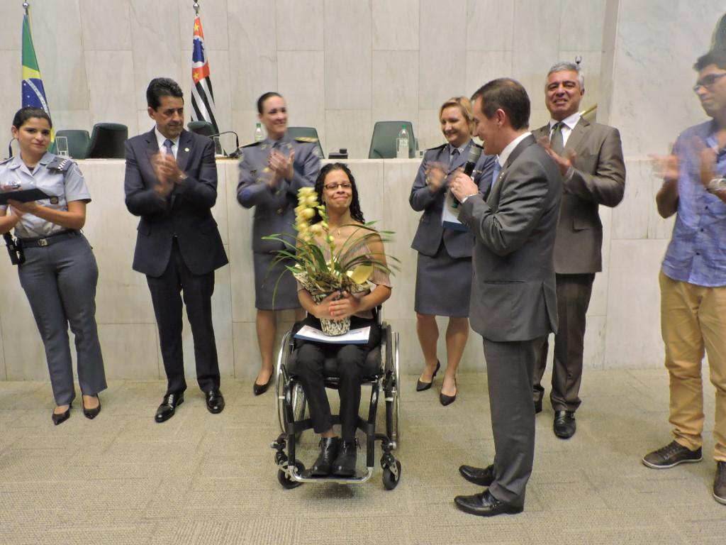 Silmeire ficou visivelmente emocionada com a homenagem que recebeu