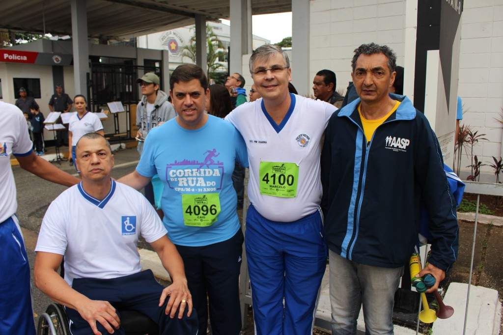 Praxedes (esq.) com o  comandante do CPA/M-8, Coronel PM Marcelo José Rabello Vianna (à dir., de camiseta branca)