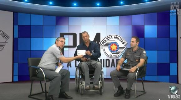O Comandante do CPA/M8 entrega cheque de R$ 5 mil para o representante Rogério Praxedes